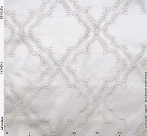 Вышитая ромбами ткань с атласной текстурой