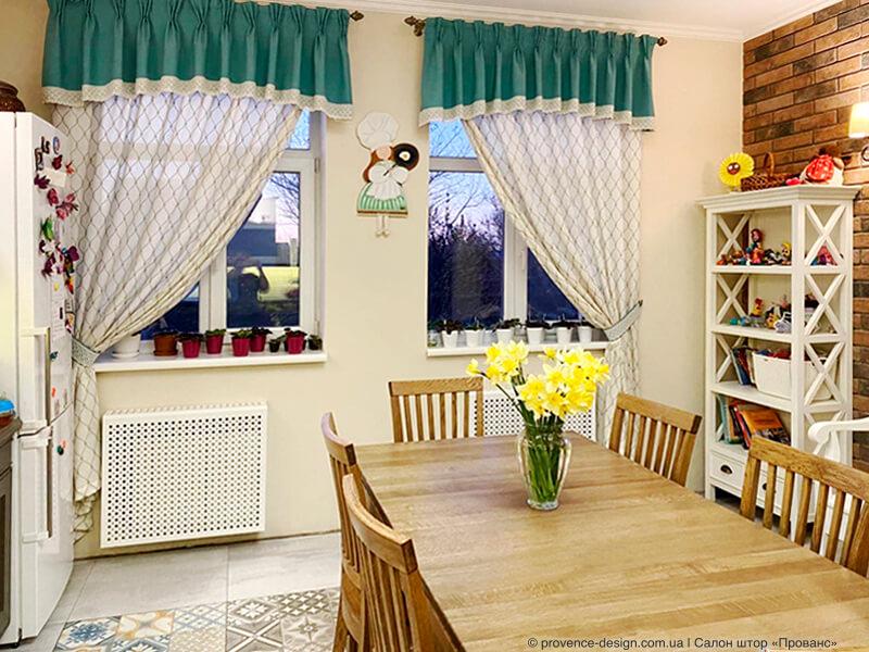 Шторы с вышивкой и ламбрекенами в стиле Прованс для кухни фото