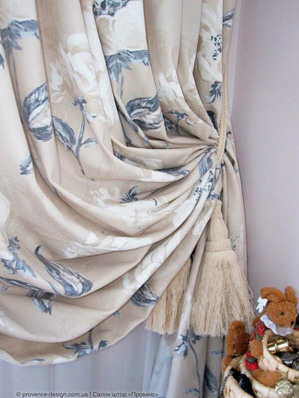 Штора из натуральной ткани с серо-белыми цветами фото