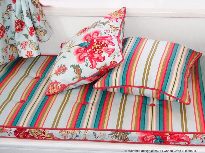 Сочетание полосы и цветов на шторах и подушках фото