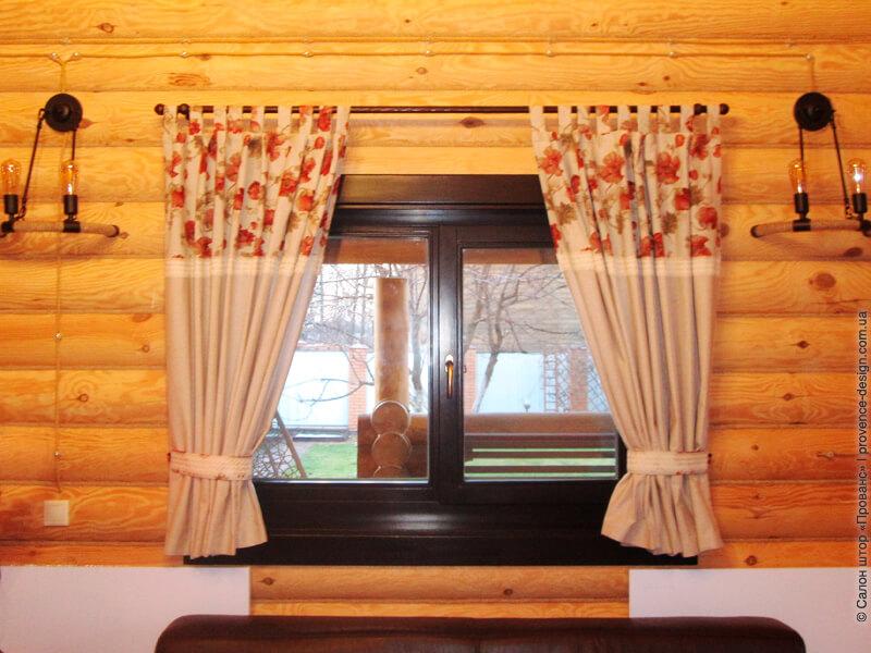 Шторы с красными цветами в деревянный дом фото