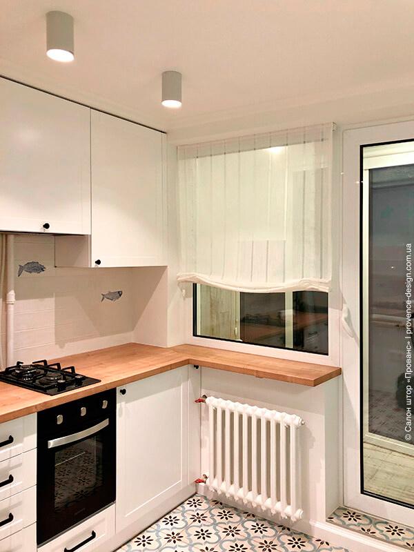 Бескаркасная римская штора для кухни фото