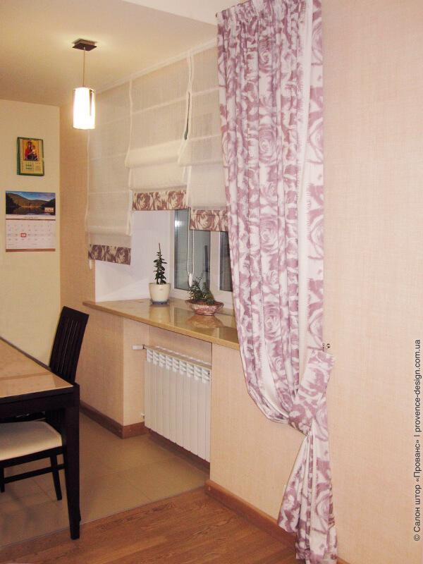 Римские шторы  из легкой ткани с сиреневой отделкой для кухни фото