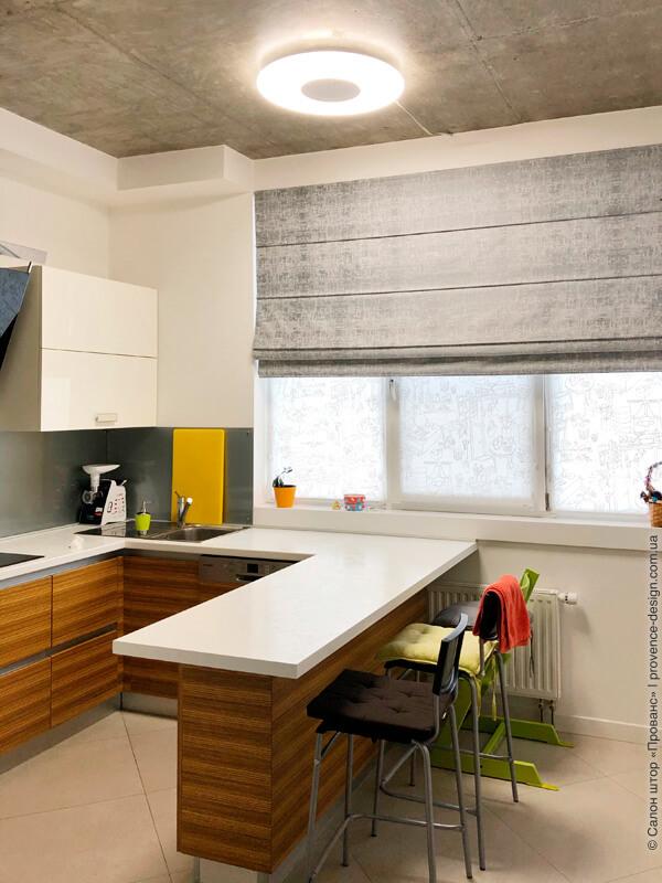 Серая римская штора в современную кухню фото
