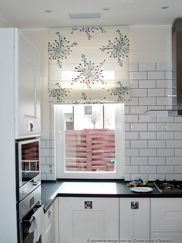 Римская штора над столешницей кухни фото