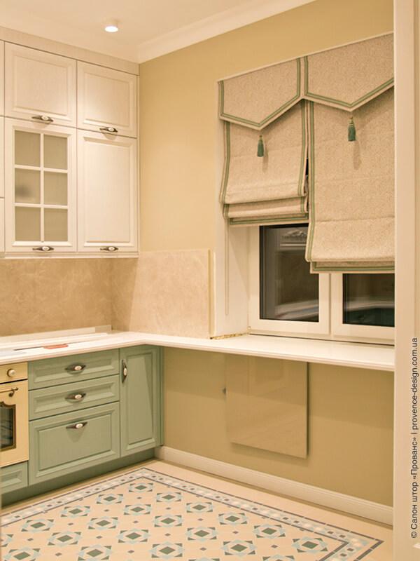 Римские шторы с зеленым кантом на кухню в классическом стиле фото