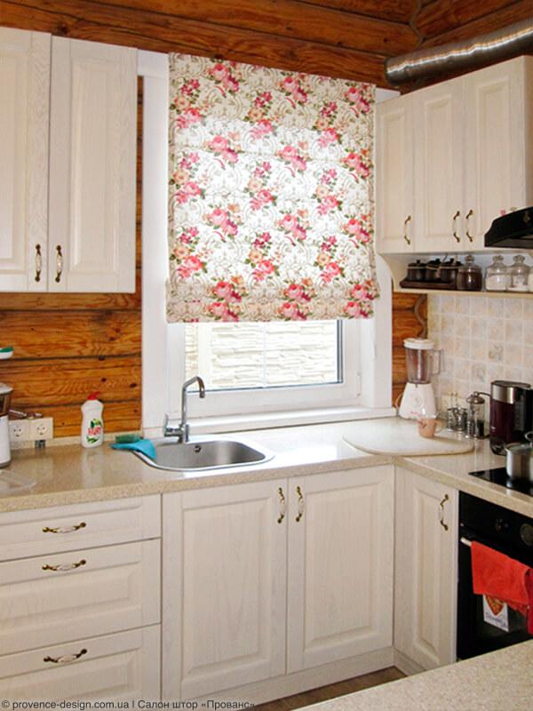 Римская штора с цветами для кухни в деревянном доме фото