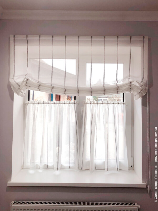 Бескаркасная римская штора и шторы-кафе на кухне фото