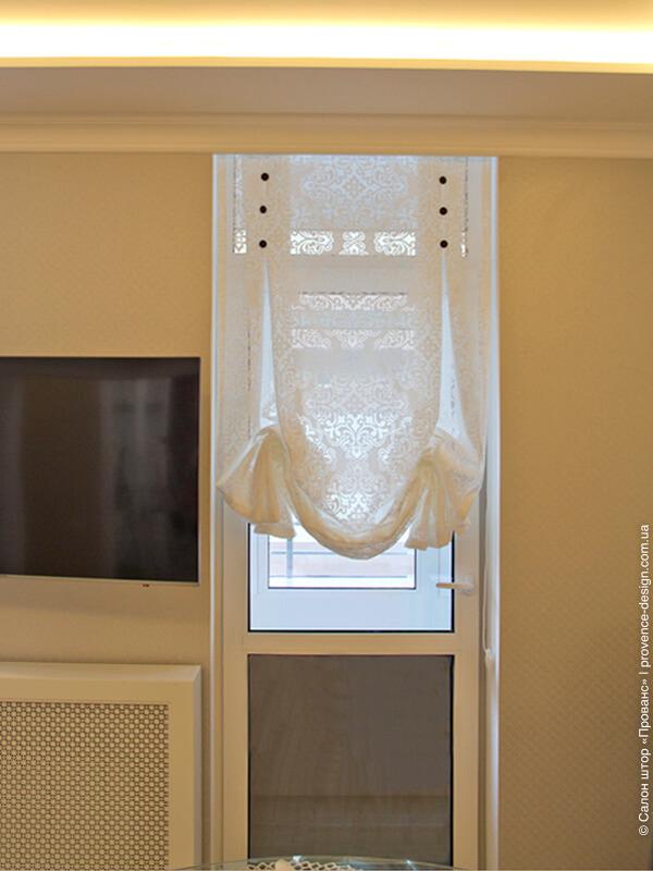 Лондонская штора на двери кухни фото