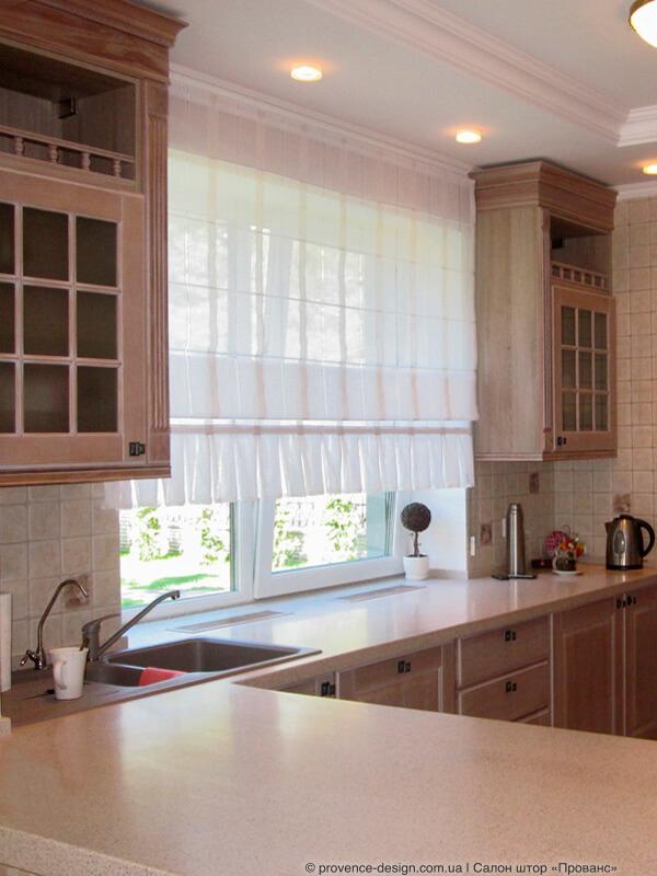 Римская штора из тюля над кухонной столешницей фото
