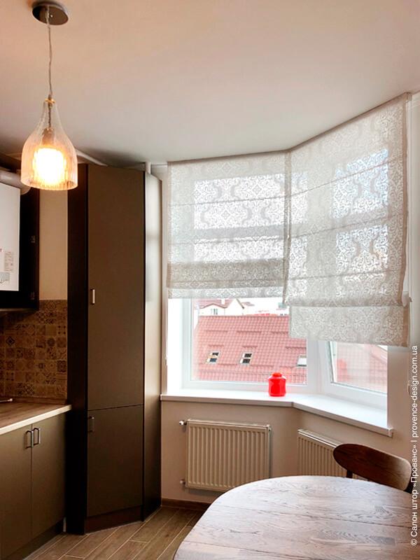 Римские шторы из прозрачной ткани с вензелем фото