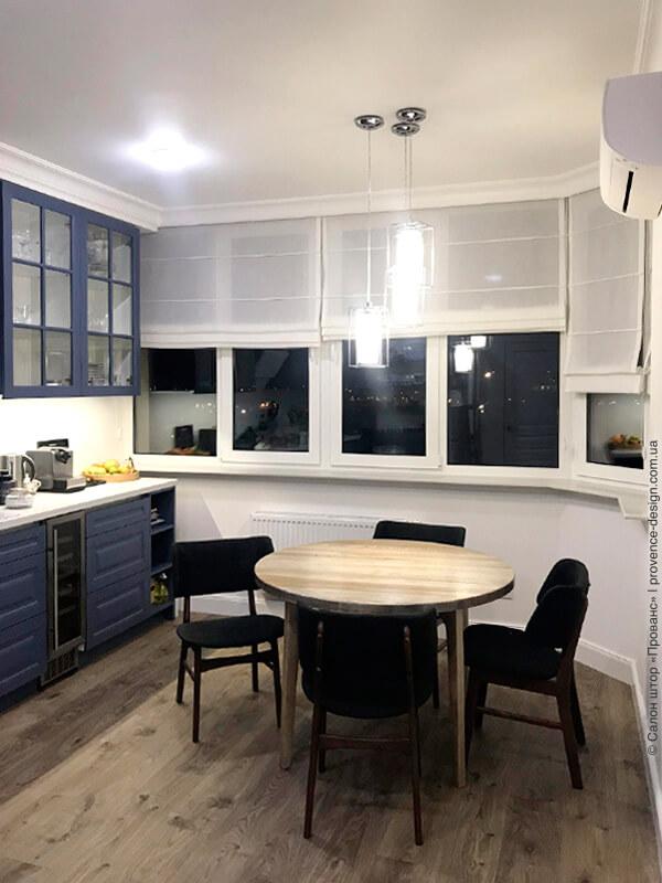 Легкие римские шторы из тюля на кухне фото