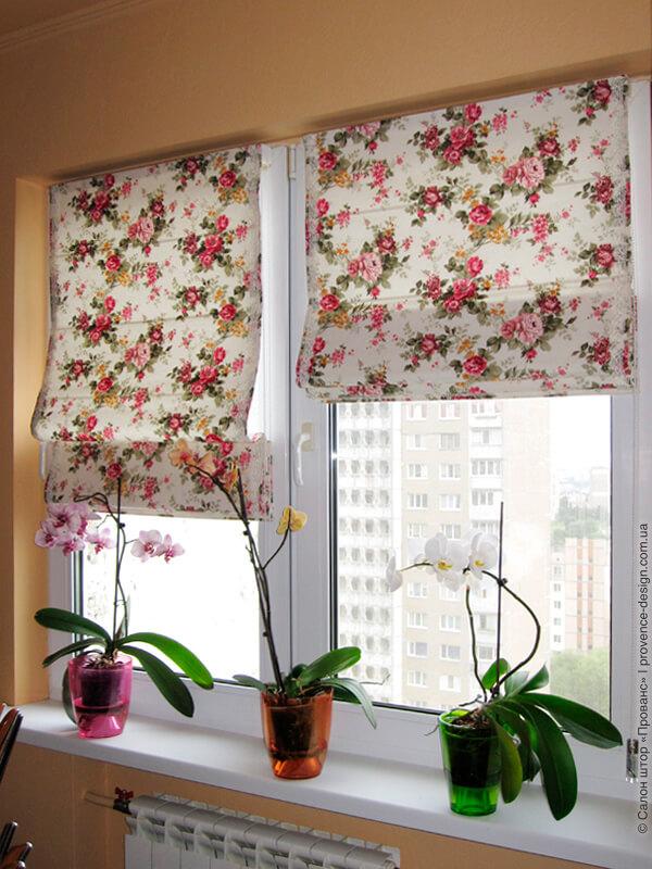 Римские шторы из ткани в цветочек на створках окна кухни фото