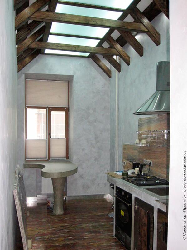 Шторы-плиссе на створках окна современной кухни фото