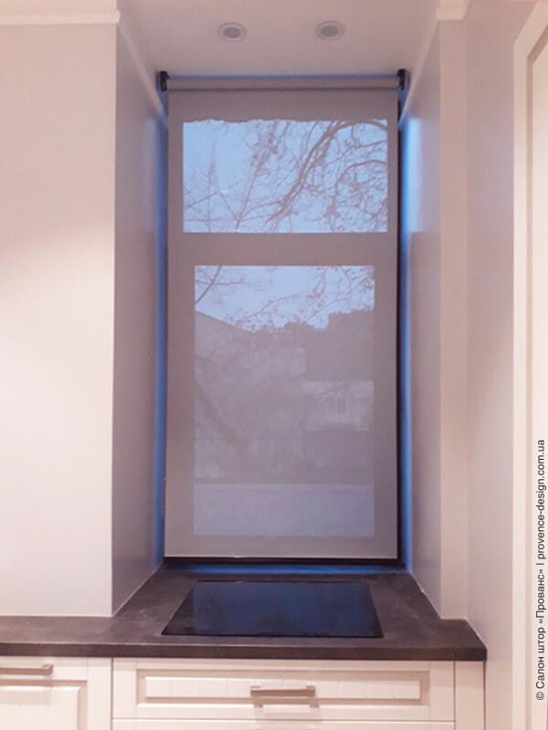 Рулонная штора из ткани Скрин на окне кухни фото