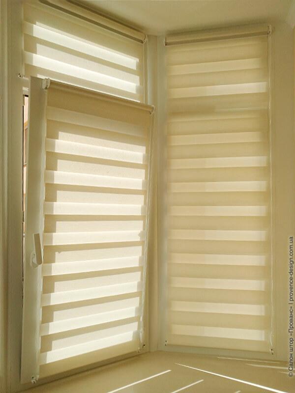 Рулонные шторы день/ночь на створках окна кухни фото