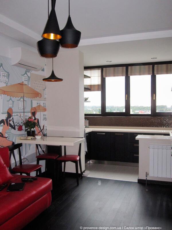 Римские шторы в полоску на окнах современной кухни фото