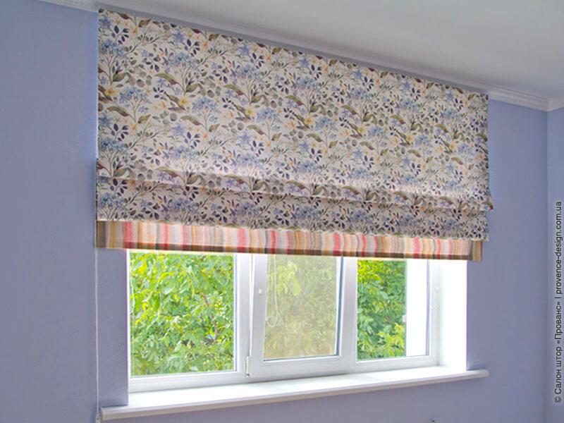 Римская штора из ткани в цветок с ярким кантом фото