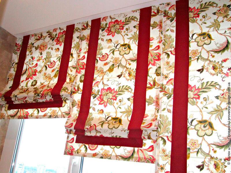 Римские шторы с красными цветами и кантом фото