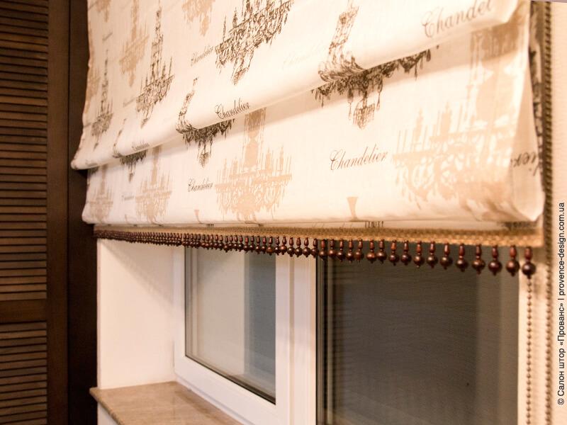 Римская штора из льна с бахромой и деревянными бусинами фото