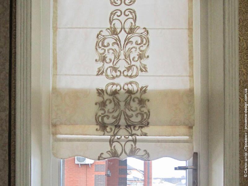 Римская штора с вензелем и фигурным низом фото