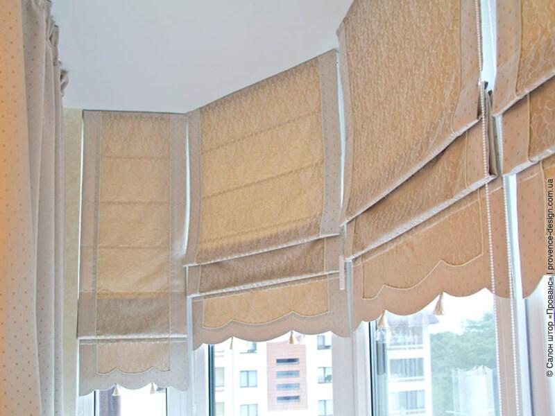 Бежевые римские шторы с фигурным низом фото