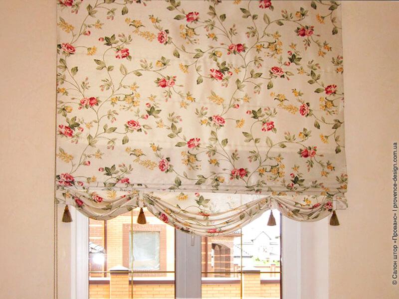 Римская штора с красными цветами и воланами фото