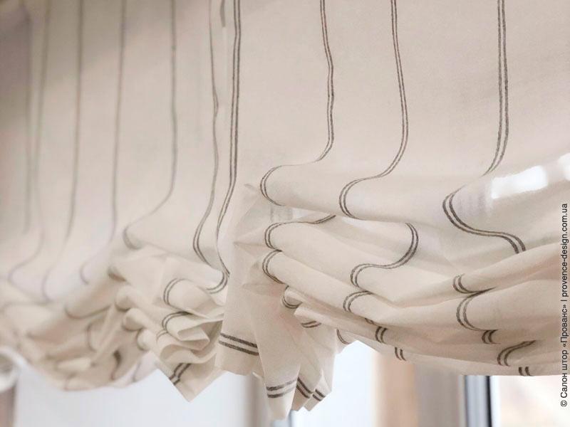 Бескаркасная римская штора складки фото
