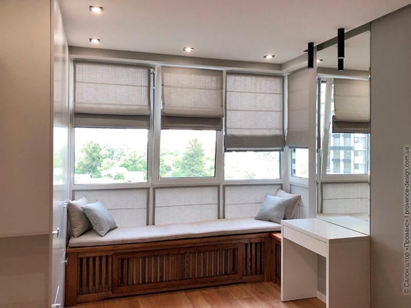 Имитация римской шторы на глухом окне фото