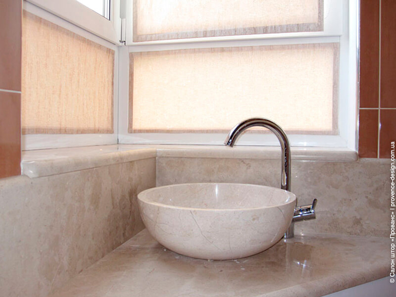 Имитация римской шторы на глухом окне в ванной фото