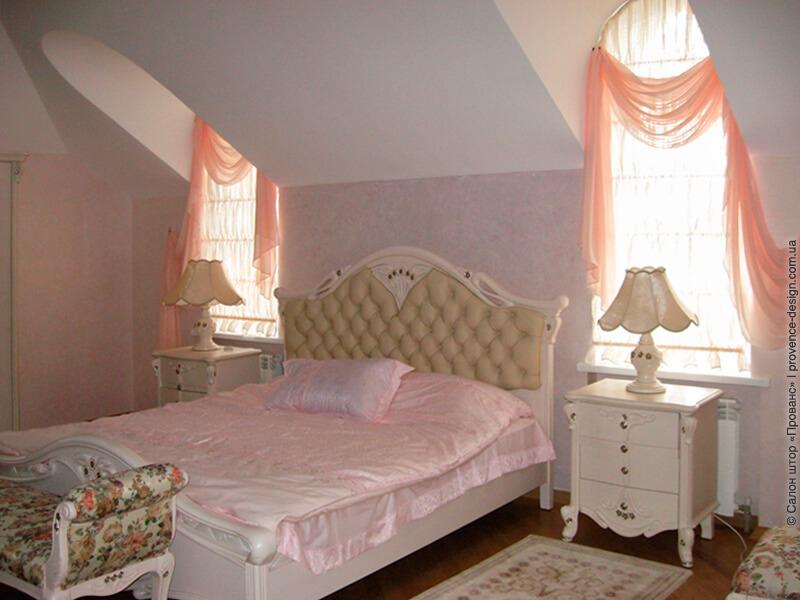 Гофрированная римская штора на арочном окне спальни фото