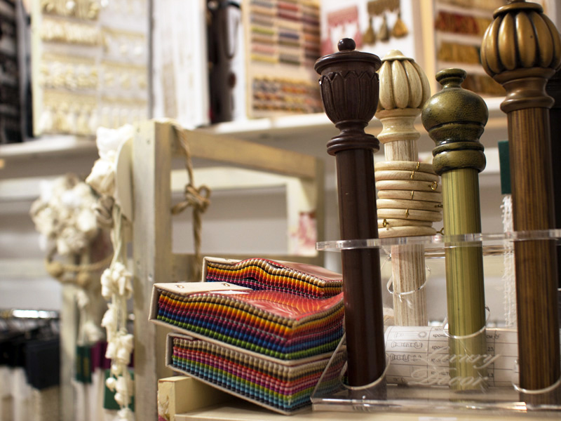 Образцы красивых деревянных карнизов в салоне штор фото