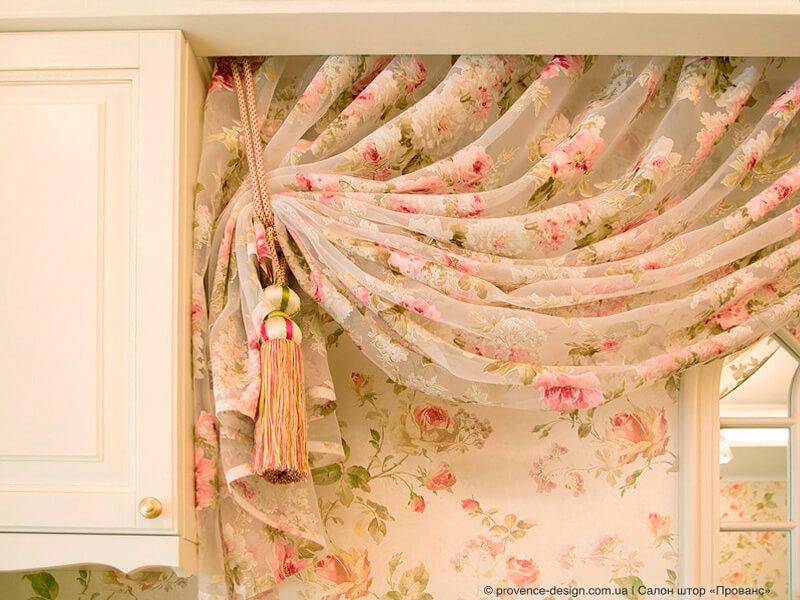 Яркие кутасы к шторам в детскую комнату фото