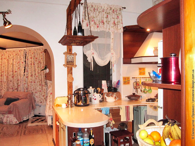 Декор окна кухни в деревенском стиле фото