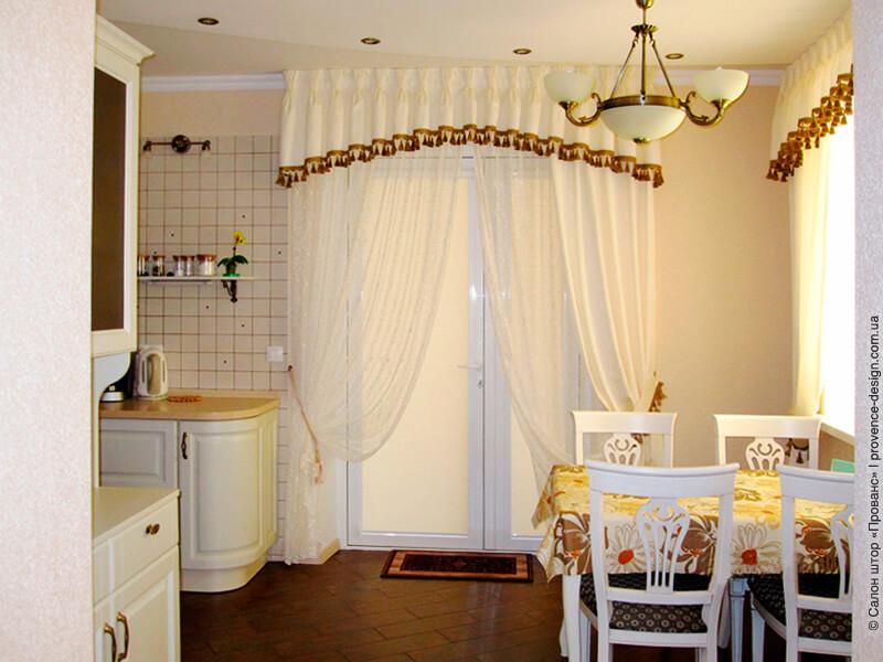 Шторы для кухни со светлой мебелью фото