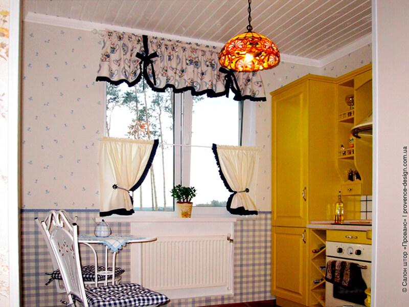 Шторы-кафе и ламбрекен с оборками на кухню фото