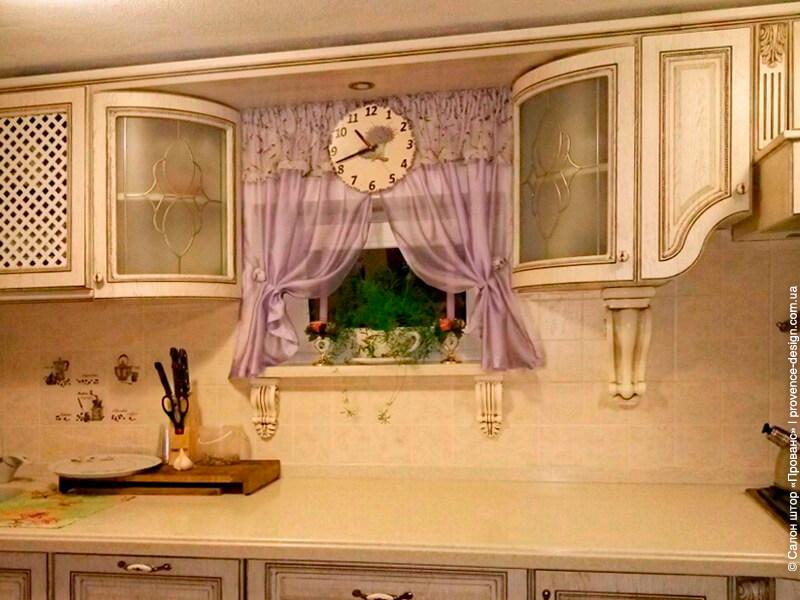 Короткие сиреневые шторки с лавандой на кухню фото