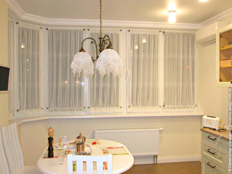 Занавески с вышивкой на створках окна кухни фото