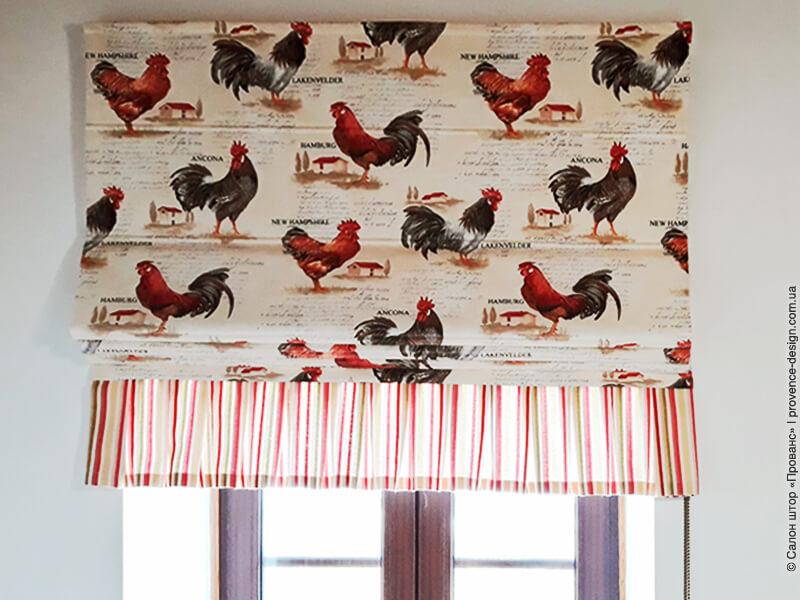 Римская штора из ткани с петухами и полосатой оборкой фото