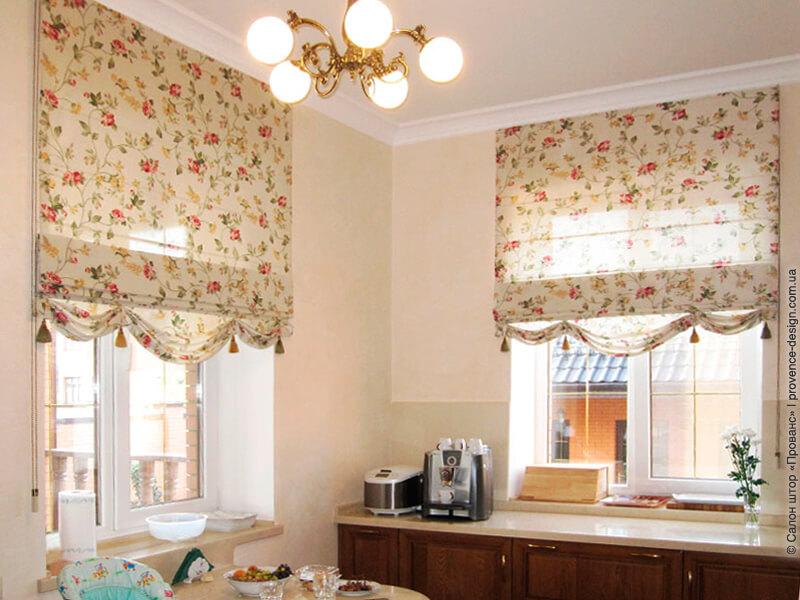 Римские шторы в цветочек со свагами и кисточками фото