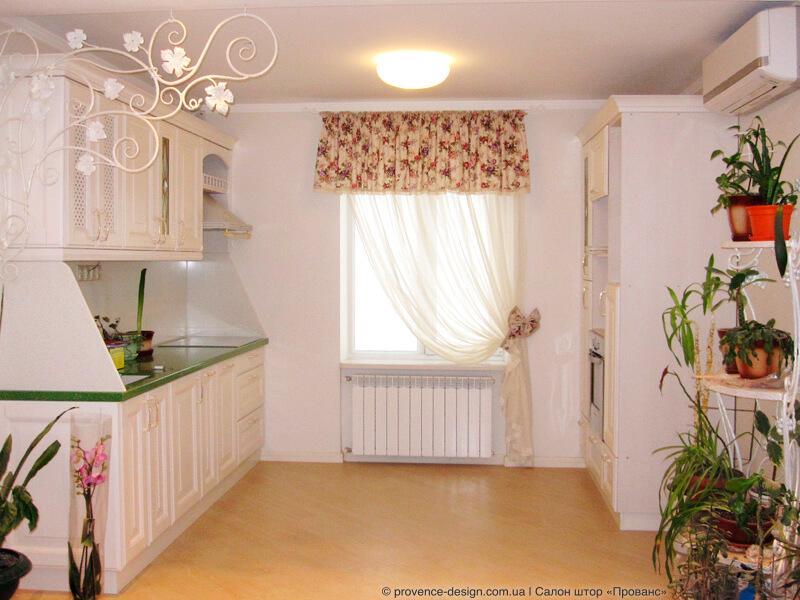 Занавеска с ламбрекеном в цветочек для кухни фото