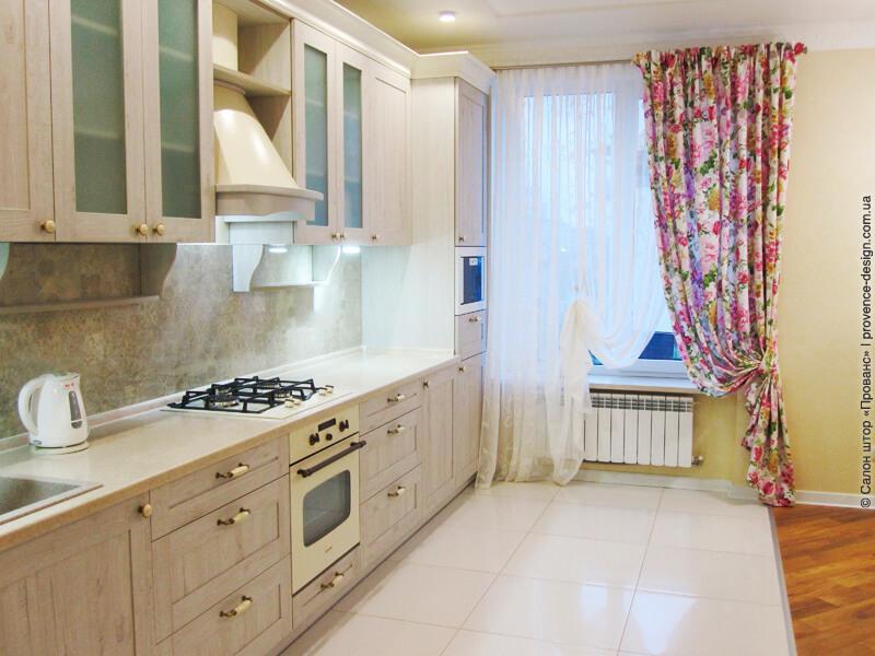 Штора с яркими малиновыми цветами для кухни фото