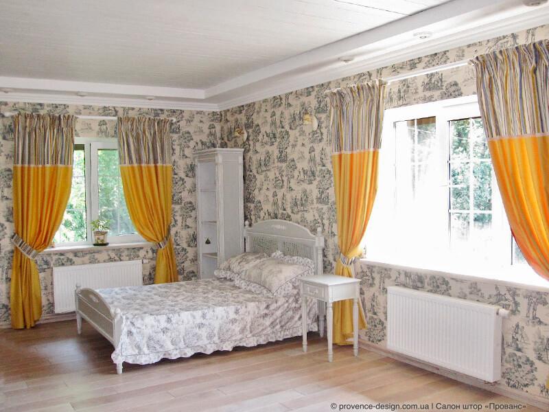 Желтые шторы в спальню с обоями в синих тонах фото