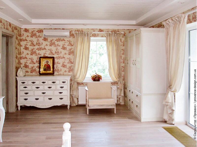 Бежевые шторы для спальни с пёстрыми обоями фото