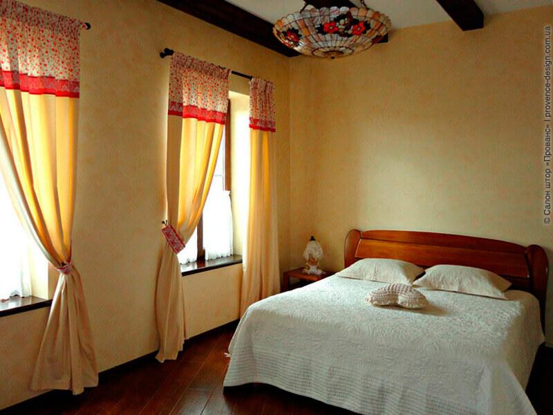 Шторы для спальни из натуральной ткани с яркой вставкой и кружевом фото