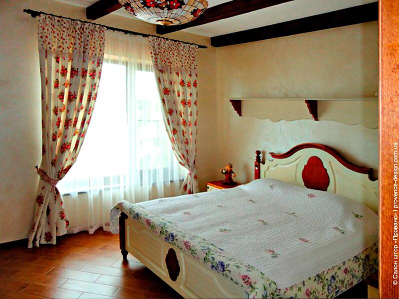 Шторы в спальню в стиле Прованс с красными цветами фото