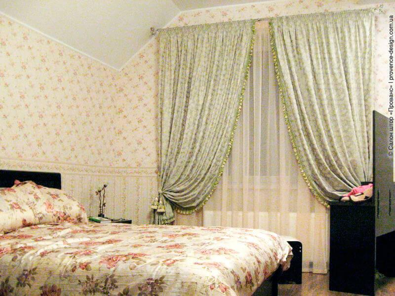 Светло-зеленые шторы для спальни с жаккардовыми цветами фото