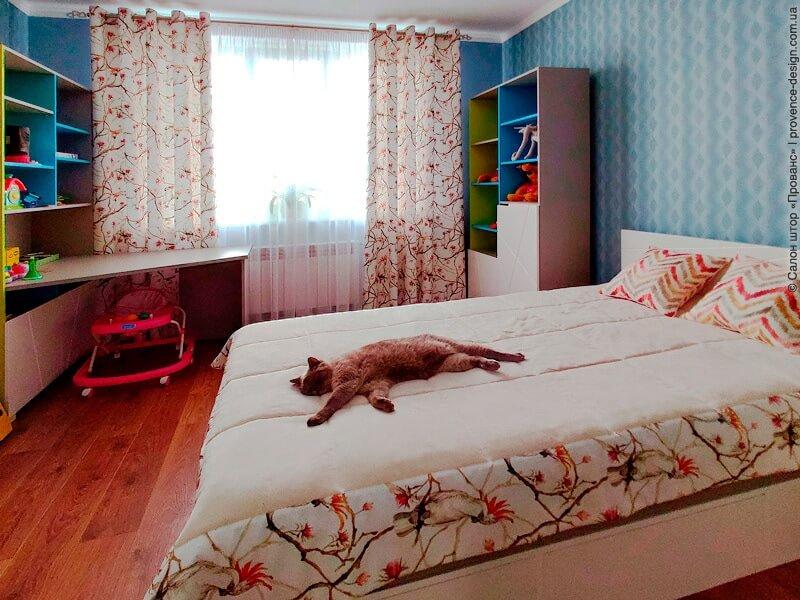 Покрывало и яркие подушки для спальни в стиле Прованс фото