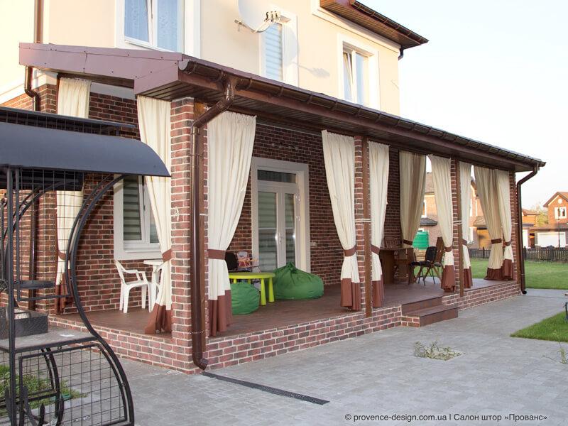 Уличные шторы на коричневом профильном карнизе фото