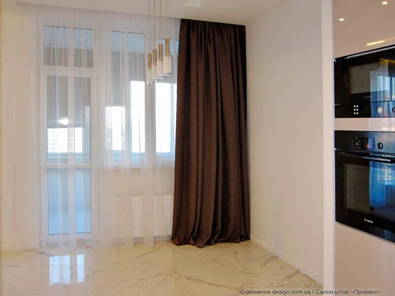 Длинная коричневая штора на кухню с балконом фото